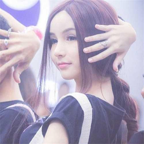 Vẻ đẹp thuần khiết như thiên thần của người đẹp chuyển giới 14 tuổi Yoshi Chayada được dự đoán có thể sẽ soán ngôi đàn chị Nong Poy trong tương lai. Tên tuổi Yoshi nổi tiếng khắp châu Á nhờ một vai diễn nhỏ trong Love Sick.