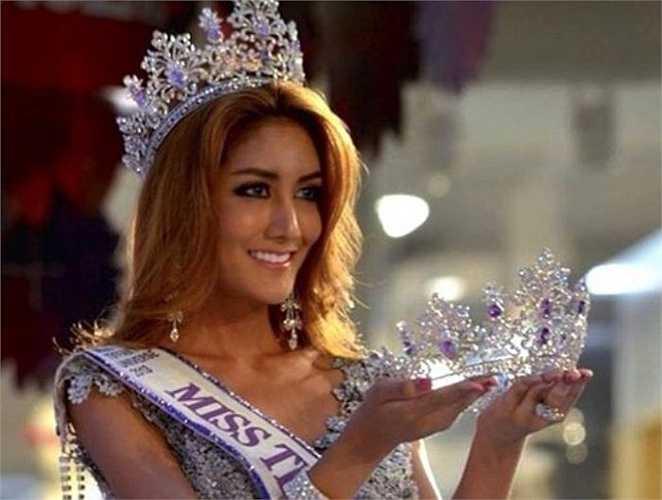 Nethnapada 'Nek' Kalyanond nổi tiếng hơn sau khi giành được vương miện cuộc thi Miss Tiffany's Universe năm 2013. Vẻ đẹp khỏe khoắn cùng làn da nâu óng ả của Nek luôn khiến các đấng mày râu xao xuyến.