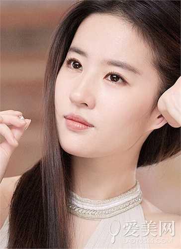 Lưu Diệc Phi: Năm 2002, Lưu Diệc Phi 15 tuổi và cô thi đỗ Học viện Điện ảnh Bắc Kinh. Nữ diễn viên sở hữu cặp mắt biết nói cùng gương mặt trái xoan thánh thiện khiến người đối diện mê mẩn, giúp 'Thần tiên tỷ tỷ' được công nhận là hoa khôi trường điện ảnh lúc bấy giờ. Đây cũng là cơ hội đưa Lưu Diệc Phi đến với điện ảnh qua hai bộ phim Gia tộc Kim Phấn và Thiên long bát bộ.