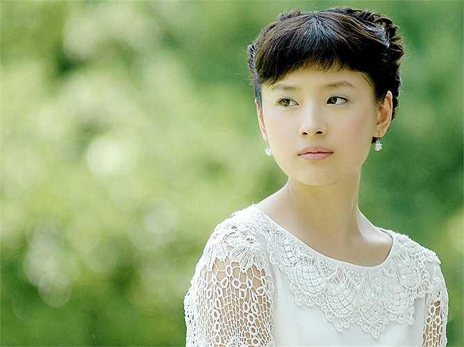 Đổng Khiết: Nữ diễn viên Đổng Khiết tốt nghiệp chuyên ngành Múa thuộc Học viện Nghệ thuật Quân đội Bắc Kinh. Thời gian đó, cô được công nhận là hoa khôi của trường, nữ thần của các nam sinh trường Nghệ thuật Quân đội. Sau khi Đổng Khiết tham gia làng giải trí, vẻ đẹp thuần khiết cùng thần thái kiêu sa giúp cô trở thành sao nữ nổi bật nhất so với nhiều mỹ nhân khác. Sau đó, Đổng Khiết tham gia vào bộ phim Khoảnh khắc hạnh phúc của đạo diễn Trương Nghệ Mưu và Gia tộc Kim Phấn của Lý Đại Vy, từ đó