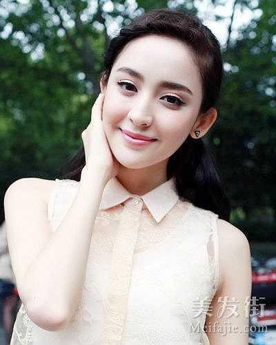 Cổ Lực Na Trát: Người đẹp đến từ khu tự trị Tân Cương sở hữu ngũ quan ấn tượng và vẻ đẹp tươi mới, cô thi đỗ vào Học viện Điện ảnh Bắc Kinh khóa năm 2011 và được cư dân mạng bình chọn là 'Thí sinh xinh đẹp nhất của HVĐA Bắc Kinh' năm đó. Trong thời gian còn là sinh viên, hoa khôi HVĐA Bắc Kinh được mời tham gia bộ phim Hiên viên kiếm và nổi tiếng từ đây.
