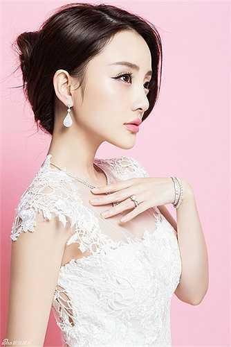 Lý Tiểu Lộ: Nữ diễn viên sinh ra trong gia đình có truyền thống nghệ thuật. Từ nhỏ Lý Tiểu Lộ đã là cô bé nổi tiếng xinh đẹp, về sau cô trở thành hoa khôi của Trường ngôn ngữ Anh - Mỹ Bắc Kinh. Năm 17 tuổi Lý Tiểu Lộ hợp tác cùng Trần Sung trong bộ phim Tắm tiên và đoạt giải Ảnh hậu Kim Mã. Năm 2000 cô đóng vai chính bộ phim Lỗi lầm của thiên sứ giúp tên tuổi cô trở thành ngôi sao nổi tiếng.