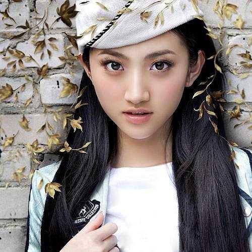 Cảnh Điềm: Cảnh Điểm là sinh viên chuyên ngành Diễn xuất khóa 2007 Học viện Điện ảnh Bắc Kinh. Nữ diễn viên nhờ vẻ đẹp ngọt ngào và trẻ trung đã trở thành hoa khôi của trường. Cô còn được mệnh danh là 'Hoa khôi đệ nhất Trung Quốc'. Sau khi tốt nghiệp, Cảnh Điểm được nhiều nhà làm phim ưu ái, mời góp mặt trong nhiều bộ phim lớn và tên tuổi cô phất như diều gặp gió. (Ảnh: Dân Việt)