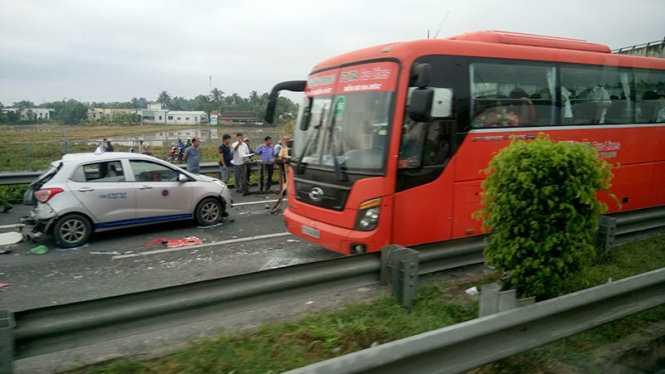 Đến khoảng 6g30 sáng 28-9, hiện trường vụ tai nạn vẫn chưa được giải tỏa - Ảnh: Đ. Tuyên