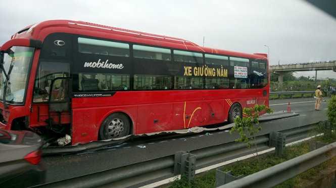 Xe khách 52 chỗ bị lệch qua phía con lươn đường, phụ xe chết tại chỗ - Ảnh: Đức Tuyên
