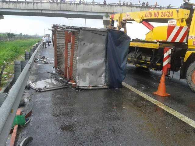 4 chiếc <a href='http://vtc.vn/oto-xe-may.31.0.html' >ô tô</a> còn lại trong vụ tai nạn đều hư hỏng nặng. (Ảnh: Dân Việt)