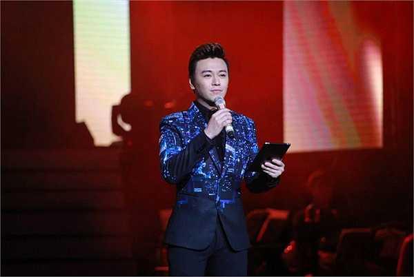 Làm MC duy nhất trong chương trình 'Đêm tình nhân 2', nam ca sĩ Phan Anh đầu tư cho mình 3 bộ vest khá ấn tượng để xuất hiện luôn mới mẻ trong mỗi lần ra mắt khán giả.