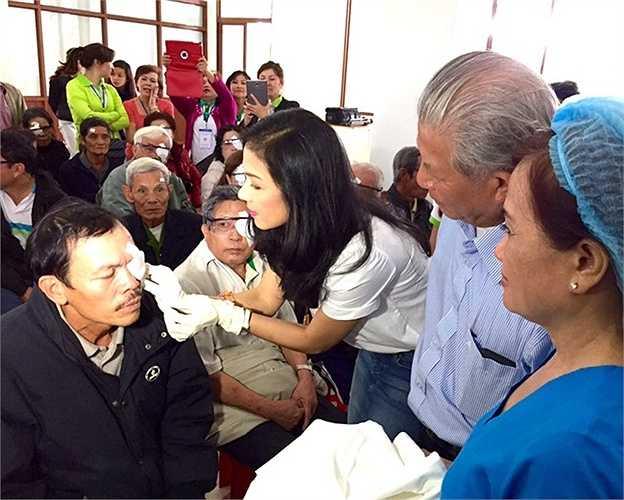Làm từ thiện là một trong những niềm vui lớn nhất trong cuộc sống của Việt Trinh hiện nay. Bạn bè, đồng nghiệp cho biết, chịlàm từ thiện rất nhiều nhưng trong âm thầm nên ít người biết đến. Nhân dịp sinh nhật năm ngoái, thay vì tổ chức tiệc chiêu đãi bạn bè, Việt Trinh đã tham gia chuyến từ thiện mổ đục tinh thể cho 400 bệnh nhân nghèo tại Đà Lạt (Lâm Đồng).