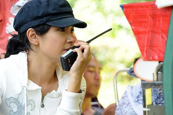 Trở lại với điện ảnh sau thời gian dài vắng bóng, Việt Trinh đã quyết định thử sức mình trong vai trò đạo diễn. Rũbỏ hình ảnh 'mỹ nhân màn bạc', Việt Trinh xông pha, lăn xả trên phim trường không thua kém bất kỳ đồng nghiệp nam nào. Hình ảnh Việt Trinh trên phim trường, đạo diễn của series phim Trở về.