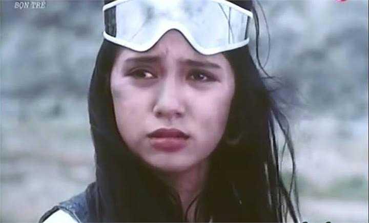 Thời bấy giờ, Việt Trinh được mệnh danh là 'nữ hoàng'của dòng phim 'mì ăn liền' (phim thương mại) với hàng loạt vai diễn đình đám. Hình ảnh Việt Trinh đầy tâm trạng trong phim Bọn trẻ.