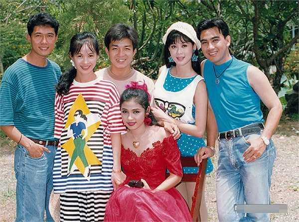 Ở thời kỳ đỉnh cao của sự nghiệp, Việt Trinh thường bị khán giả cho là thích hơn thua với đàn chị Diễm Hương. Thế nhưng, nữ diễn viên phủ nhận điều này và cho biết mình hâm mộ Diễm Hương từ thời đi học và tình cảm giữa hai chị em rất tốt đẹp. Đến tận bây giờ, Việt Trinh vẫn mong có cơ hội được gặp lại Diễm Hương cũng như các bạn diễn cùng thời để cùng nhau ôn lại những kỷ niệm đẹp.