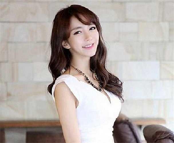 Park Hyun Sun, 28 tuổi, là 'mỹ nhân giảng đường' nổi tiếng Hàn Quốc. Hiện tại, cô công tác tại một đại học ở thành phố Seoul. Dù Hyun Sun chưa làm giảng viên chính thức, lớp học của cô luôn thu hút đông đảo sinh viên. Ảnh: Facebook