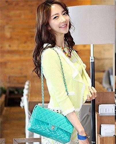 Park Hyun Sun tốt nghiệp chuyên ngành thiết kế và hiện tại đang phấn đấu để trở thành một giảng viên thời trang. Không chỉ có sự nghiệp học hành đáng ngưỡng mộ, cô còn là người mẫu ảnh và sở hữu chuỗi cửa hàng thời trang tại Seoul. Cô giáo xinh đẹp giành được tình cảm của sinh viên và cộng đồng mạng nhờ khuôn mặt dễ thương, thân hình chuẩn cùng phong cách thời trang hiện đại. Ảnh: Facebook