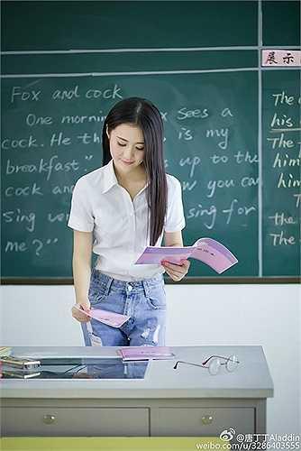 Đường Đinh Đinh sinh năm 1993 tại  thành phố An Khánh, tỉnh An Huy, Trung Quốc. Hiện tại, cô là giáo viên tiếng Anh tại một trường tiểu học ở tỉnh Giang Tô. Mỹ nhân này bắt đầu nổi tiếng từ bộ ảnh cô đứng lớp trong trang phục áo sơ mi giản dị được đăng tải trên mạng xã hội nhân dịp Ngày Nhà giáo 10/9 năm nay. Ảnh: Weibo