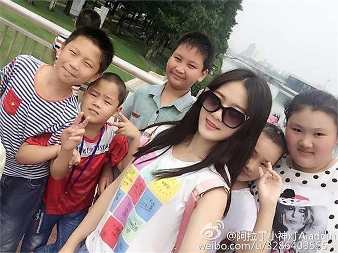 Đinh Đinh tốt nghiệp Đại học Sư phạm An Khánh. Với gương mặt xinh đẹp, tính cách dịu dàng cùng lòng tận tâm yêu nghề, giáo viên tiểu học xinh đẹp nhận được sự yêu mến từ học sinh. Cô thường tổ chức cho các em tham gia hoạt động ngoại khóa để tìm hiểu thế giới tự nhiên và rèn luyện kỹ năng sống. Ngoài giờ lên lớp, cô giáo 22 tuổi thích đọc sách, luyện thư pháp, vẽ tranh, chơi đàn. Ảnh: Weibo