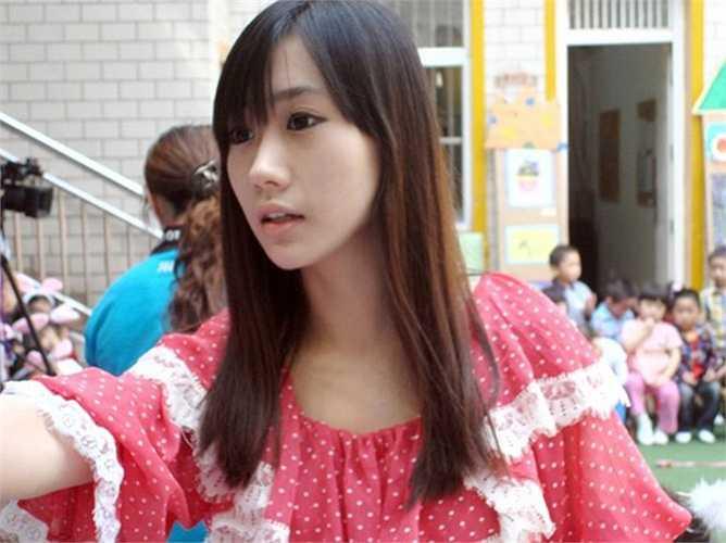 Cô giáo mầm non Chu Thiến Sảnh ở Nam Kinh, Trung Quốc, cũng là một gương mặt nổi tiếng trong cộng đồng mạng. Cô thu hút ánh nhìn người khác nhờ vẻ đẹp trong sáng, hồn nhiên. Thiến Sảnh sinh năm 1990, tốt nghiệp Học viện Giáo dục Giang Tô. Ảnh: Sina