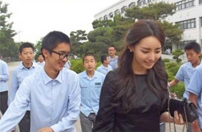 Lee Na Young, sinh năm 1985, được mệnh danh là 'giáo viên đẹp nhất Hàn Quốc' nhờ gương mặt xinh đẹp và thân hình chuẩn. Hiện tại, Na Young công tác tại một trường trung học nam sinh. Cô nhận được sự chú ý của cư dân mạng cũng như tình cảm yêu mến, kính trọng từ học sinh. Ảnh: Koreaboo
