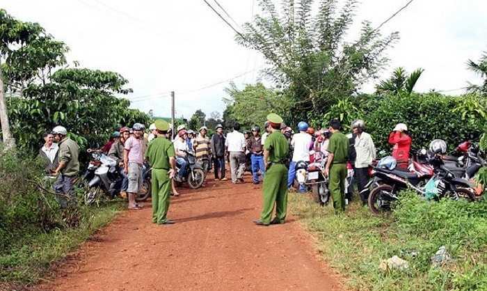 Từ 5h sáng 27/9, Công an Lâm Đồng đã phong tỏa hiện trường để tiến hành khai quật, khám nghiệm tử thi. (Ảnh: VNE)