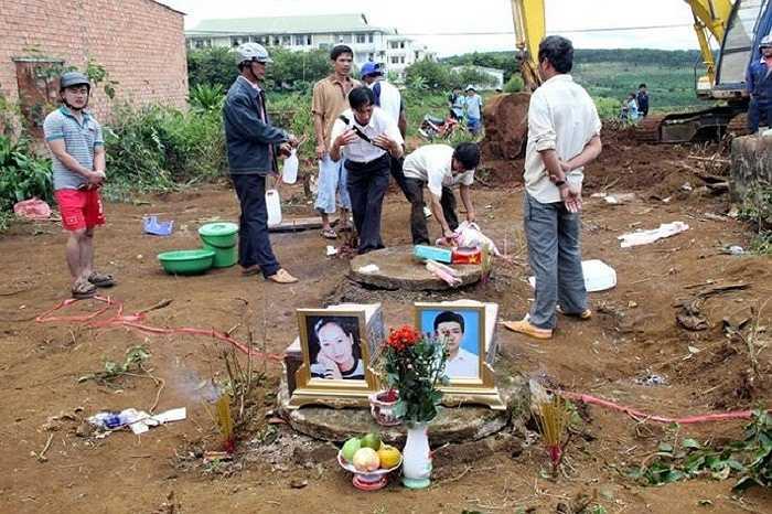 Ngày 27/9, sau khi hoàn tất công tác khai quật thi thể 2 vợ chồng nạn nhân dưới giếng sâu, lực lượng chức năng đã bàn giao thi thể về cho gia đình lo hậu sự. (Ảnh: VNE)