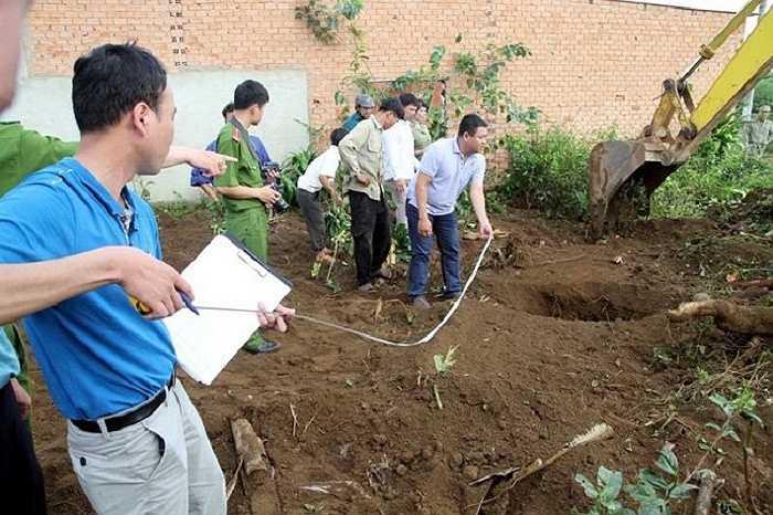 Trong khu vườn có 4 hố sâu trước đây vợ chồng anh Bình dùng nơi chứa nước tưới vườn chè. (Ảnh: VNE)