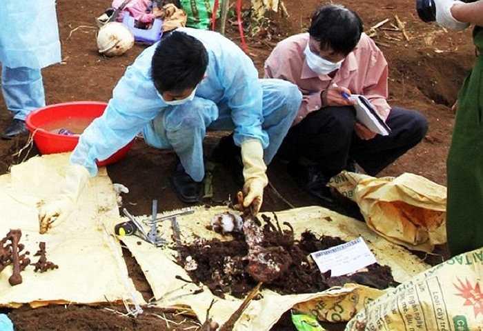 Tiếp tục đào, nhóm thợ tìm thấy thi thể 2 nạn nhân đã phân hủy gần hết, chỉ còn lại phần xương. (Ảnh: VNE)