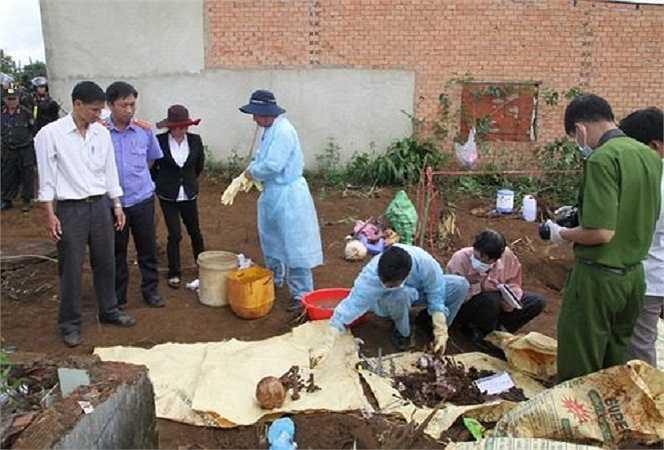 Công an Lâm Đồng cũng đã tìm thấy một số sổ đỏ mang tên vợ chồng anh Bình, chị Hạnh đã được sang tên cho Huy tại nhà tên này nên đã đặt ra nghi vấn. (Ảnh: Hoài Thanh)