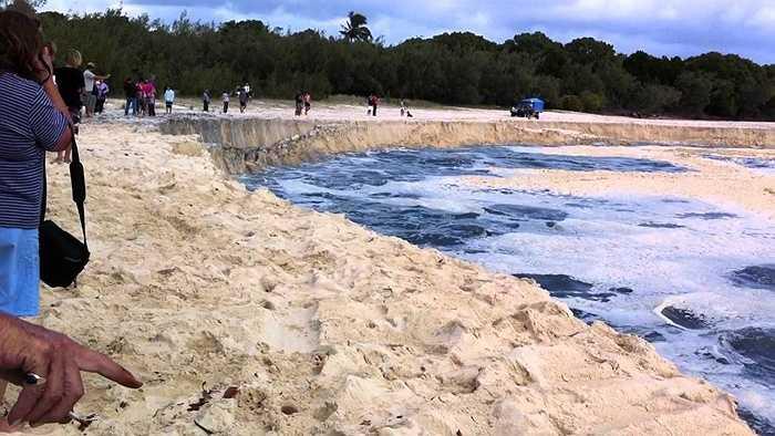 Một đoạn bãi cát ven bờ biển Rainbow Beach (Queensland, Australia) đã bị sụt xuống nước và một hố lớn hình thành khiến nhiều người hốt hoảng