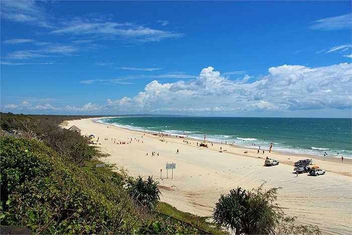Rainbow Beach là bãi biển nổi tiếng thu hút du khách tới cắm trại, câu cá