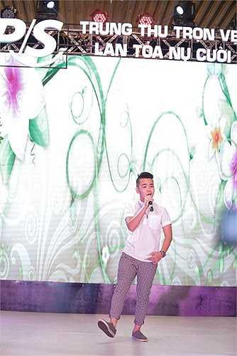 Trong dịp lễ Trung Thu vừa qua, dàn ca sĩ của The Voice Kids gồm Quang Anh - quán quân mùa đầu và Hoàng Anh 'tóc xù', hot boy Mai Chí Công, Đức Anh, Quỳnh Anh đã cùng tham gia một chương trình mang tên Trung Thu trọn vẹn - Lan tỏa nụ cười