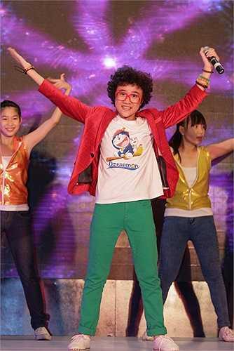 Trong chương trình, Hoàng Anh biểu diễn các ca khúc sôi động như One Way or Another, Nụ cười thần tiên giúp khuấy động không khí.