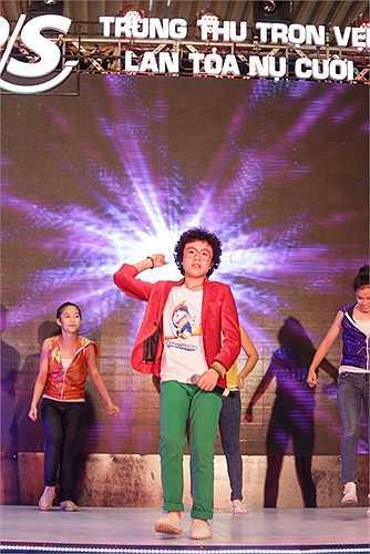 Ngoài Hoàng Anh tóc xù, đêm nhạc lần này còn có Quang Anh - quán quân The Voice Kids mùa đầu. Tài năng xứ Thanh đang hướng đến hình ảnh một ca sĩ trẻ năng động, phong cách.