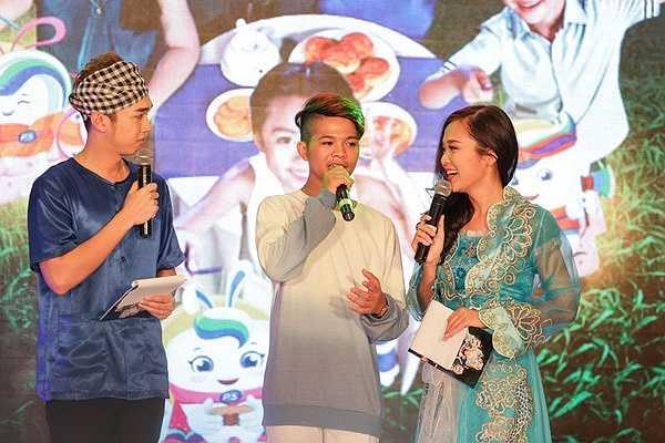 Bên cạnh đó, hot boy Mai Chí Công mang đến không khí vui vẻ cho chương trình cùng hai ca khúc Bài ca Trung Thu, Cho bạn cho tôi.