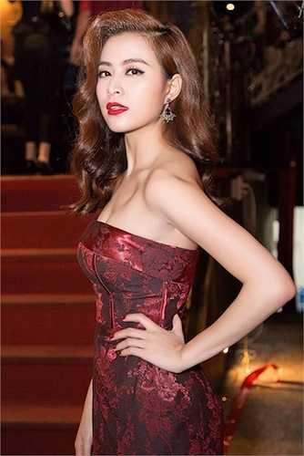 Cô diện một chiếc đầm bó vô cùng sexy.