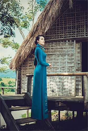 Giữa khung cảnh thanh bình, yên ả làng quê, Lệ Hằng gây ấn tượng bởi vẻ nữ tính, đằm thắm.