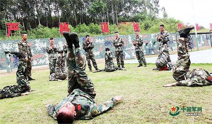 Một động tác luyện tập của các binh sỹ ở Nam Ninh, Trung Quốc