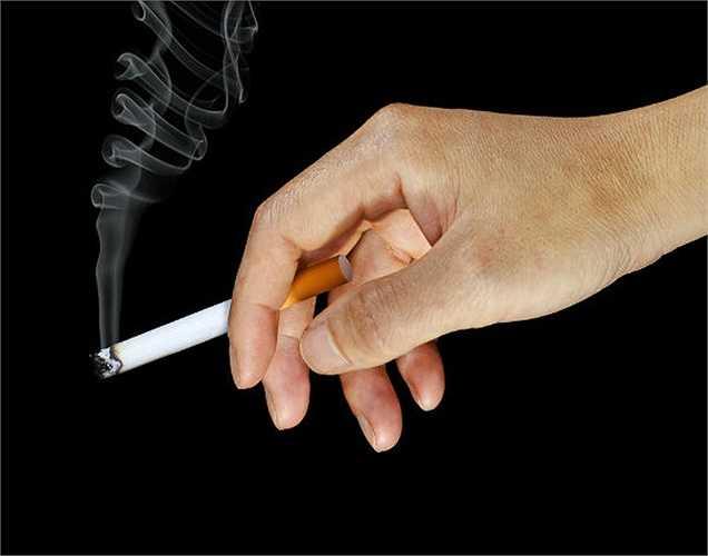 Hút thuốc: Nếu bạn hút thuốc ngay khi thức dậy cũng là thói quen làm hại sức khỏe.