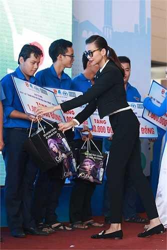Tại đây, cô đã trao tặng những phần quà nhỏ của chương trình cho 10 bạn sinh viên có hoàn cảnh khó khăn bị tai nạn giao thông.