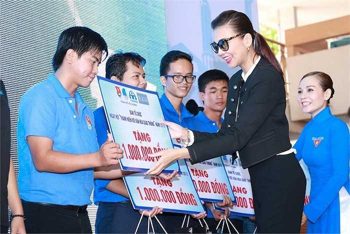 Sự thân thiện, gần gũi và nhiệt tình của Thanh Hằng nhận được cảm tình của nhiều khán giả có mặt tại sự kiện.