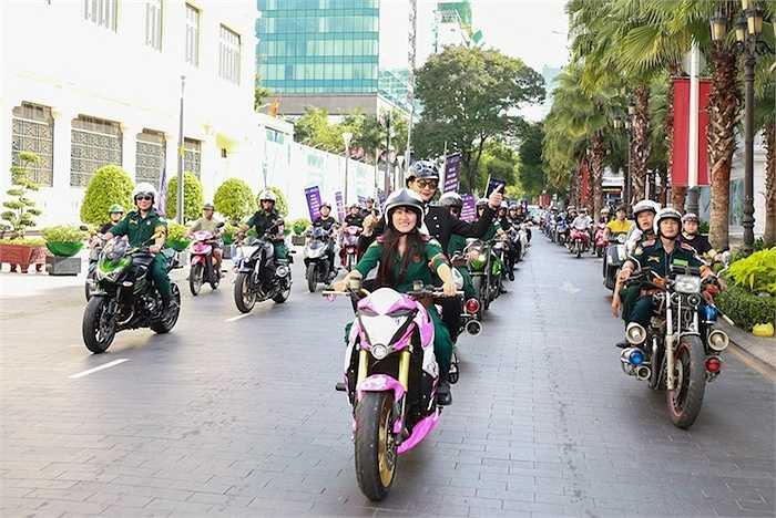 Sau đó, cô cũng tham gia chương trình chạy roadshow diễu hành tuyên truyền về an toàn giao thông.