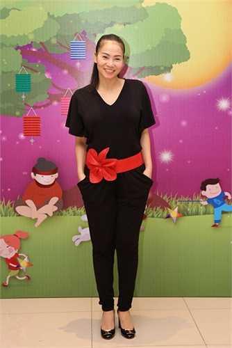 Chọn bộ trang phục giản dị 'bà mẹ một con' đã có mặt rất sớm trong chương trình đêm hội 'Trung thu sum vầy, đong đầy yêu thương được tổ chức tại TTVH Hậu Giang, quận 6.