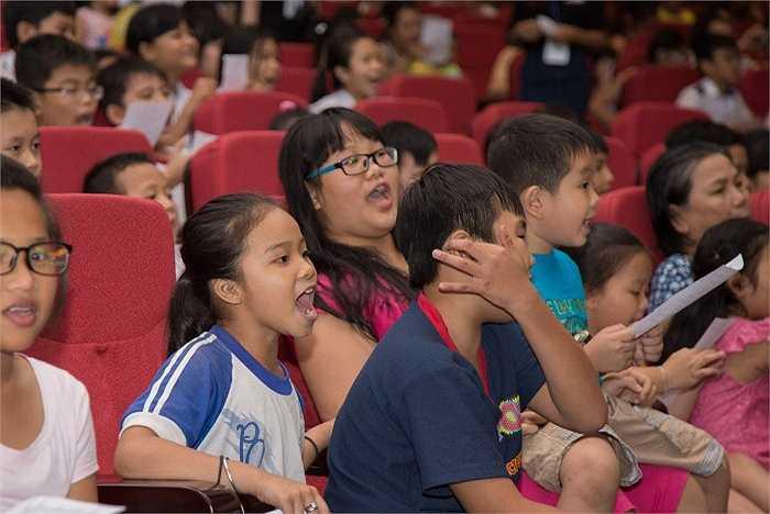 Sự thích thú ngập tràn trên khuôn mặt của các bé khi được xem những tiết mục văn nghệ của các khách mời được lồng ghép trong các hoạt cảnh sân khấu dễ thương do các bé thể hiện.