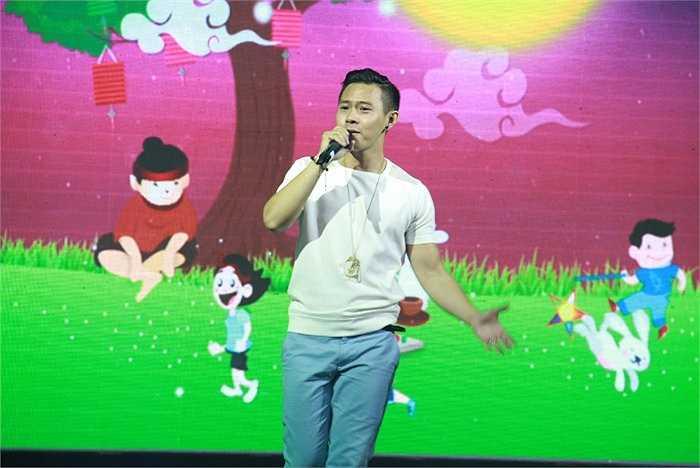 Ca sỹ Hoàng Tuấn hát chung vui.