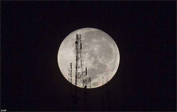 Mặt trăng khổng lồ và rực rỡ