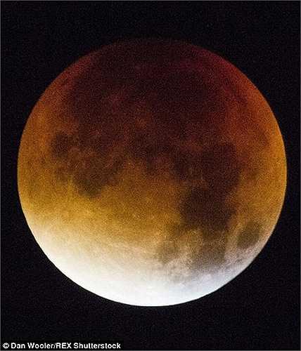 Cận cảnh mặt trăng máu cực hiếm