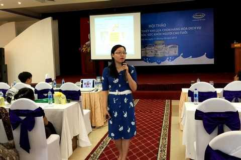 Bà Nguyễn Thị Mỹ Hòa – Trưởng ban nhãn hiệu, ngành hàng sữa bột, công ty Vinamilk chia sẻ những thông tin hữu ích của các sản phẩm dinh dưỡng dành cho người cao tuổi tại hội thảo ở TP.HCM