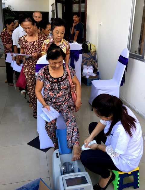 Vinamilk tổ chức đo loãng xương cho người cao tuổi giúp người cao tuổi phát hiện và phòng ngừa loãng xương