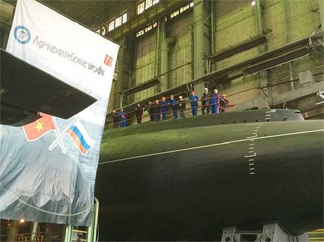Tàu ngầm Bà Rịa - Vũng Tàu khởi đóng từ ngày 28/5/2014, và sau hơn 1 năm đã hoàn tất, nay hạ thuỷ để tiếp tục những công đoạn cuối và chạy thử nghiệm.