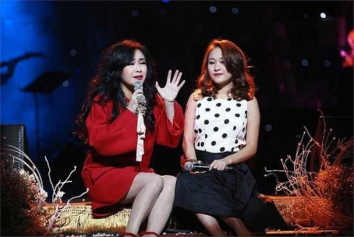 Thiện Thanh thường xuyên xuất hiện trên sân khấu cùng mẹ.