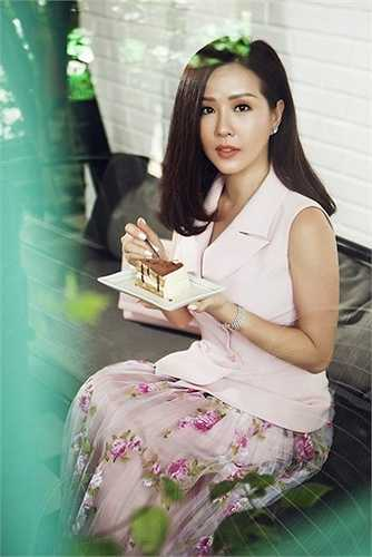 Theo đuổi phong cách thời trang sang trọng nhưng hiện đại và năng động, Hoa hậu quý bà Thu Hoài rất chú trọng theo dõi các xu hướng.
