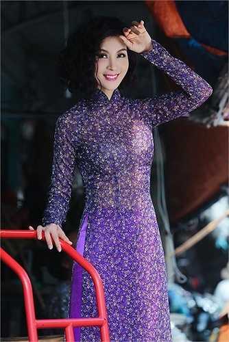 Với trang phục nào Thanh Mai cũng rạng rỡ tươi tắn.